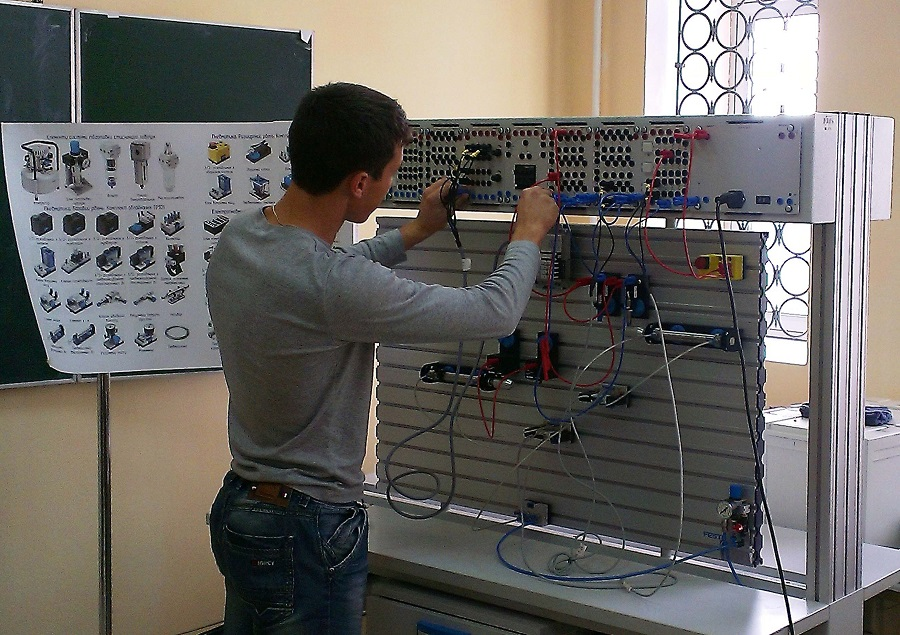Заняття в лабораторії з пневмоавтоматики та датчиків